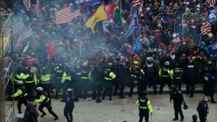 Enfrentamientos entre policía y partidarios de Donald Trump en las afueras del Capitolio en Washington el 6 de enero de 2020