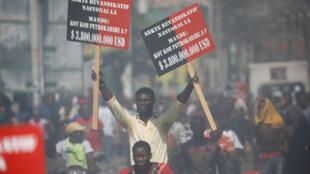 Des manifestants demandent aux responsables politiques de rendre des comptes pour avoir gaspillé des milliards de dollars provenant du programme pétrolier PetroCaribe, le 17 octobre 2018.