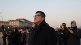 新上任香港警务处长邓炳强7日早上到天安门广场观看升旗仪式