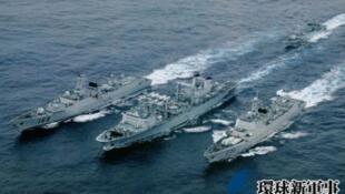 七艘中国海军军舰2012年10月16日穿过钓鱼岛以南的日本毗连区,图为其中三艘军舰。