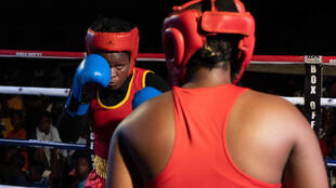 Des boxeuses ghanéennes s'affrontent lors du tournoi organisé par la Greater Accra Boxing Association dans le quartier de Bokum, à Accra (Ghana), le 24 avril 2021.