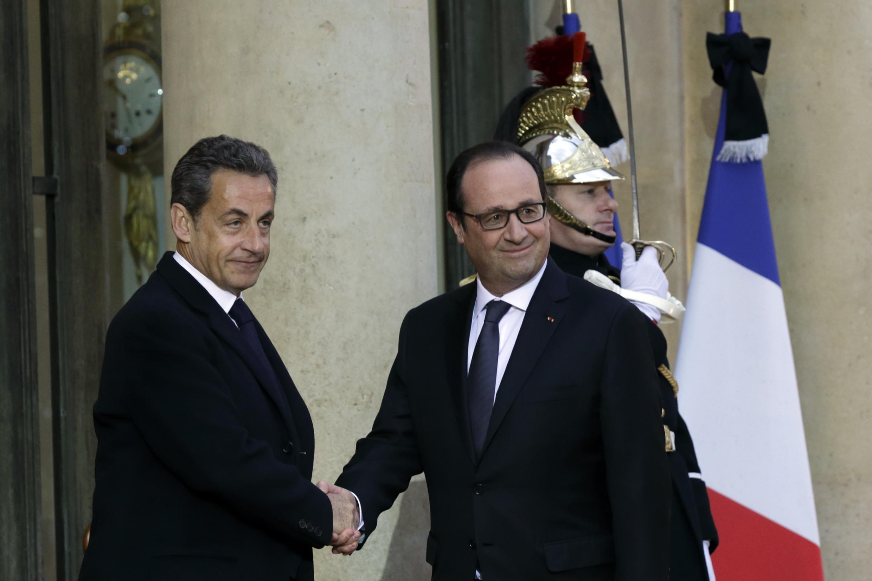 François Hollande e Nicolas Sarkozy na entrada do Palácio do Eliseu, em Paris.