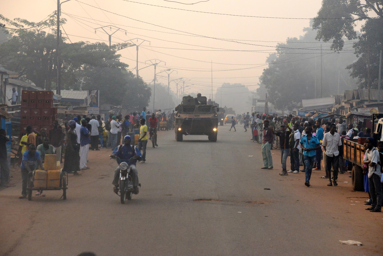 Numa rua de Bangui, um blindado da operação Sangaris efectua um patrulhamento