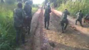 Capture d'écran de la vidéo où l'on voit des hommes en uniformes de l'armée congolaise tirer sur des civils.