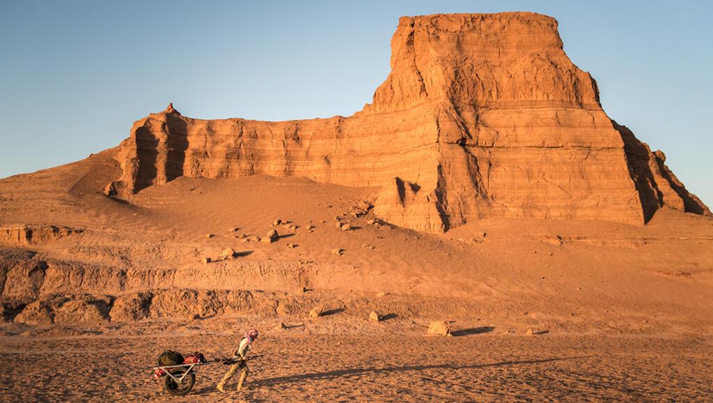 Christian Clot a passé 4x30 jours dans les milieux les plus extrêmes de la planète pour étudier le cerveau. Ici dans le désert de Dasht-e-Lut en Iran, où en été, les températures peuvent aller au sol jusqu'à 80°C.