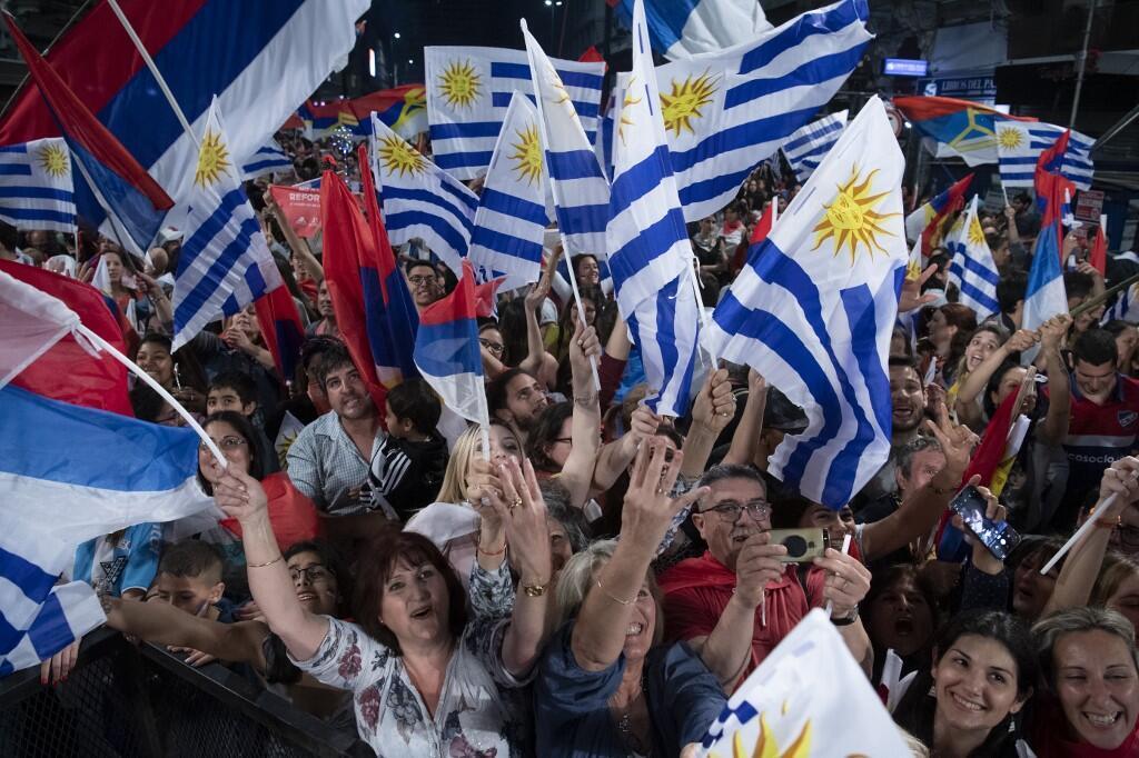 Les partisans de Daniel Martinez, de la coalition politique de gauche Frente Amplio à Montevideo, le 27 octobre 2019.