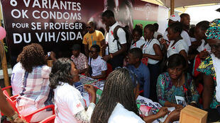 Kinshasa, RD Congo. A l' occasion de la célébration de la Journée mondiale de lutte contre le Sida, le Programme national multisectoriel de lutte contre le Sida (PNMLS) sensibilise les élèves sur les moyens de protection contre le VIH/SIDA.