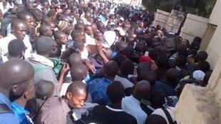Masu zanga-zanga a gaban fishin shugaban kasar Senegal Macky Sall a birnin Dakar