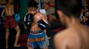 Des enfants boxeurs dans un camp d'entraînement à Bangkok.