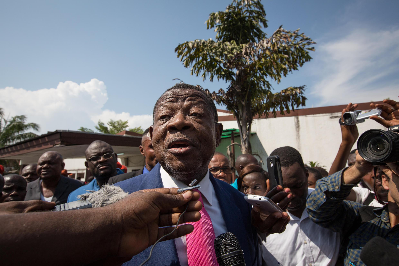 Msemaji wa serikali ya DRC, Lambert Mende, akizungumza na waandishi wa habari, Kinshasa.