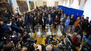 Le président Porochenko et sa famille dans un bureau de vote de Kiev, le 31 mars 2019.