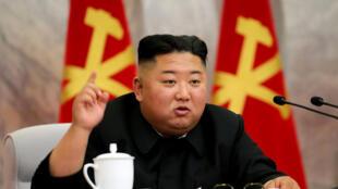 Una imagen difundida por la agencia oficial KCNA el 24 de mayo de 2020 muestra al dirigente norcoreano Kim Jong Un durante una reunión de la comisión militar central del Partido de los Trabajadores
