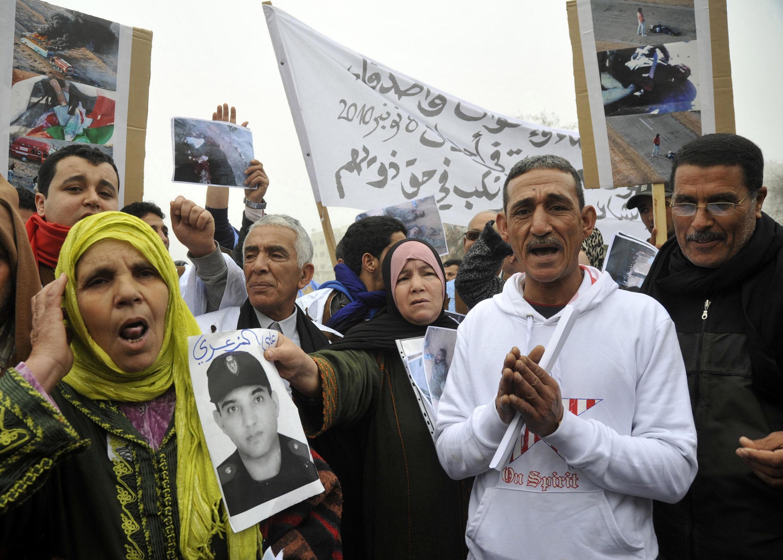Des membres des familles des forces de l'ordre tuées le 8 novembre 2010, à l'ouverture du procès le 1er février à Rabat.