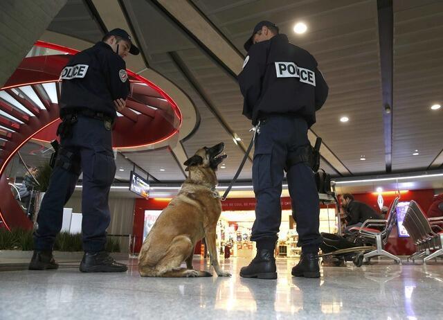 Policiais patrulham no aeroporto Charles de Gaulle, em Paris. 19/05/16