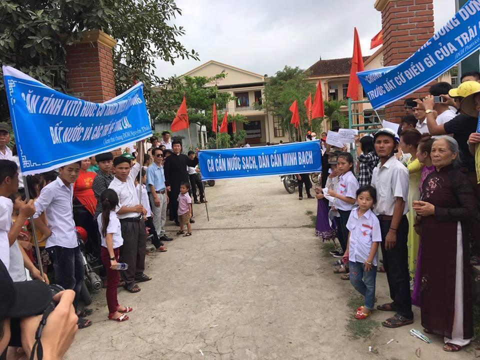 Giáo dân Song Ngọc, huyện Quỳnh Lưu, Nghệ An, biểu tình trước trụ sở chính quyền một xã, để yêu cầu chính quyền minh bạch về vụ cá chết, cá nhiễm độc miền Trung.
