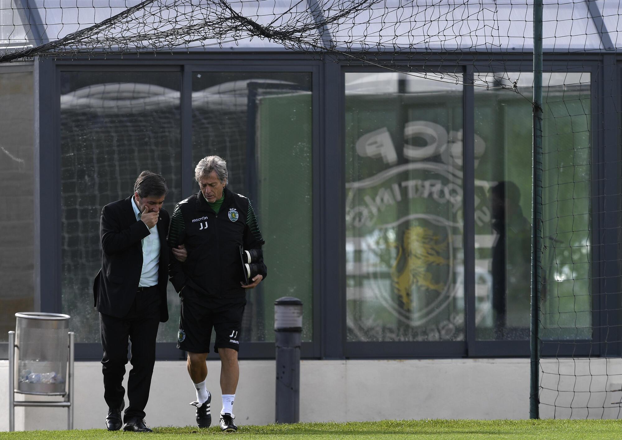 Bruno de Carvalho, le président du Sporting Clube de Portugal (gauche) avec l'entraîneur Jorge Jesus avant un entraînement le 21 novembre 2016.