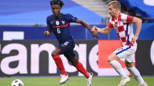 Le milieu français Eduardo Camavinga (g) lors du match de groupes de la Ligue des nations face à la Croatie, au Stade de France à Saint-Denis, le 8 septembre 2020