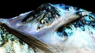 Sur cette image de la Nasa on peut voir des traces d'écoulement sur des terrains en pente, qui peuvent faire jusqu'à quelques centaines de mètres de long sur cinq mètres de large.