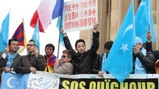 Várias ONGs protestam em defesa dos uigures, como nessa manifestação em 2019 em Paris.