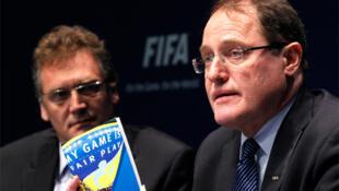 Claudio Sulser, presidente del Comité de  Ética de la FIFA, y el secretario general Jerome Valcke en rueda de prensa en Zurich.