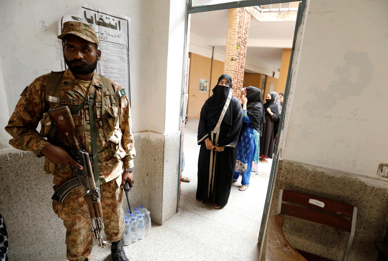 Des élections législatives placées sous haute surveillance au Pakistan ce mercredi 25 juillet 2018 dans ce bureau de vote de Rawalpindi. 巴基斯坦2018立法選舉
