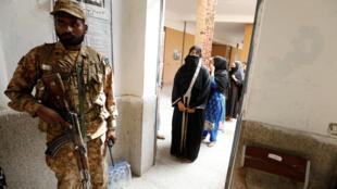 Des élections législatives placées sous haute surveillance au Pakistan ce mercredi 25 juillet comme ici dans ce bureau de vote de Rawalpindi.