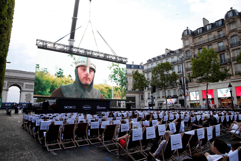 """""""Chủ nhật xem phim ở ngoài trời"""" lần đầu tiên được tổ chức trên đại lộ Champs Élysées, Paris, 01/07/2018"""