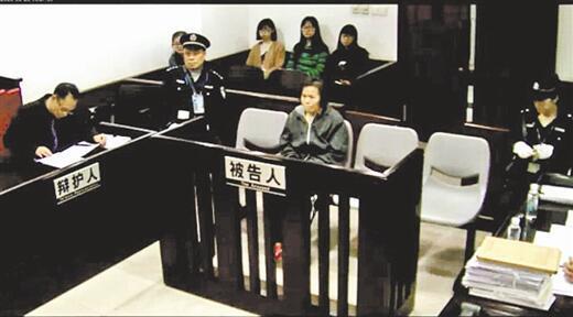 犯罪嫌疑人何天带在法庭接受审问