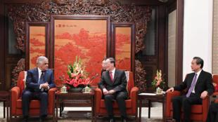 圖為中國國家副主席王岐山今2018年5月1日在北京會見基里巴斯外長巴爾加斯