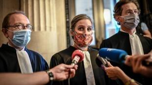 A advogada de Claire, ao centro, fala com a imprensa após a decisão do Tribunal.