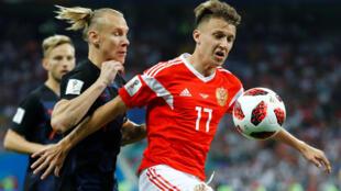 Российский полузащитник Александр Головин и хорватский защитник Домагой Вида сражаются за мяч в четвертьфинале чемпионата мира
