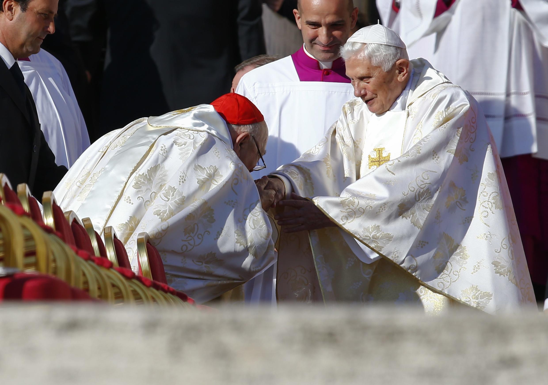 Papa emérito, Bento 16, participou da beatificação de Paulo 6º, neste domingo.