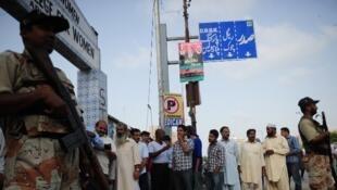 巴基斯坦南部大城卡拉奇當局調遣軍警駐守在投票站門口(2013年5月11日)