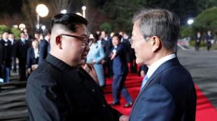 Le président sud-coréen Moon Jae-in serre la main du dirigeant nord-coréen Kim Jong-un alors que ce dernier quitte le village de Panmunjom, dans la zone démilitarisée, le 27 avril 2018.