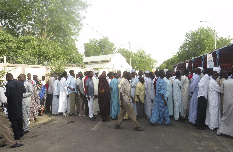 File d'attente devant un bureau de vote de Ndjamena, le 10 avril 2016.