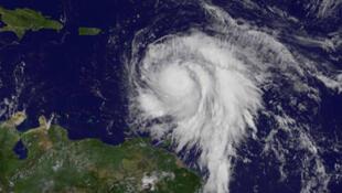 El huracán María sobre el océano Atlántico todavía en categoría 3 el 18 de septiembre de 2017.