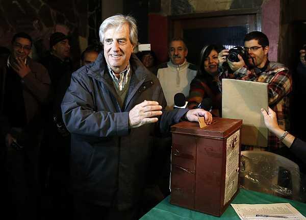 El expresidente Tabaré Vázquez vota en las internas partidarias, el 1 de junio de 2014 en Montevideo.