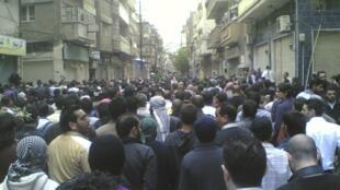 Des opposants au régime syrien manifestent dans la ville de Homs le 23 avril 2011.