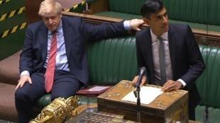 Le ministre des Finances, Rishi Sunak ( à dr.), et le Premier ministre Boris Johnson ( à g.)  devant le parlement britannique, le 8 juillet 2020.