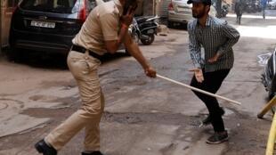 2020-03-25 india coronavirus lockdown police beating