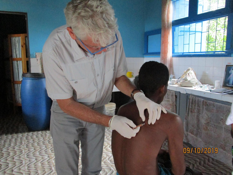 O especialista francês Bertrand Cauchoix durante uma consulta em Madagascar