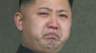 O líder norte-coreano Kim Jong-un chora durante homenagem a seu pai, em Pyongyang.