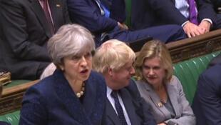 La primera ministra británica Theresa May y el ex canciller Boris Johnson en el Parlamento, en una foto tomada el 11 de diciembre de 2017.