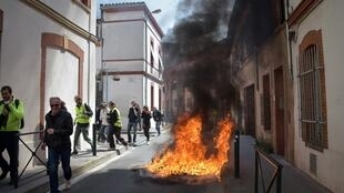 A fire in a street of Toulouse during a Yellow Vest protest in April 2019