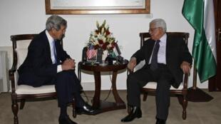 O secretário de Estado amricano, John Kerry, se encontrou neste domingo, 7 de abril de 2013, com o presidente da Autoridade Palestina, Mahmoud Abbas, em Ramallah.