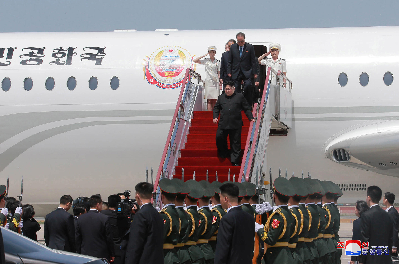 圖為朝鮮領袖金正恩抵訪大連從專機走下舷梯時照片