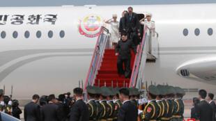 图为朝鲜领袖金正恩抵访大连从专机走下舷梯时照片