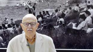 Willy Ronis devant une de ses photographies exposées à Champigny-sur-Marne, le 29 avril 2004.