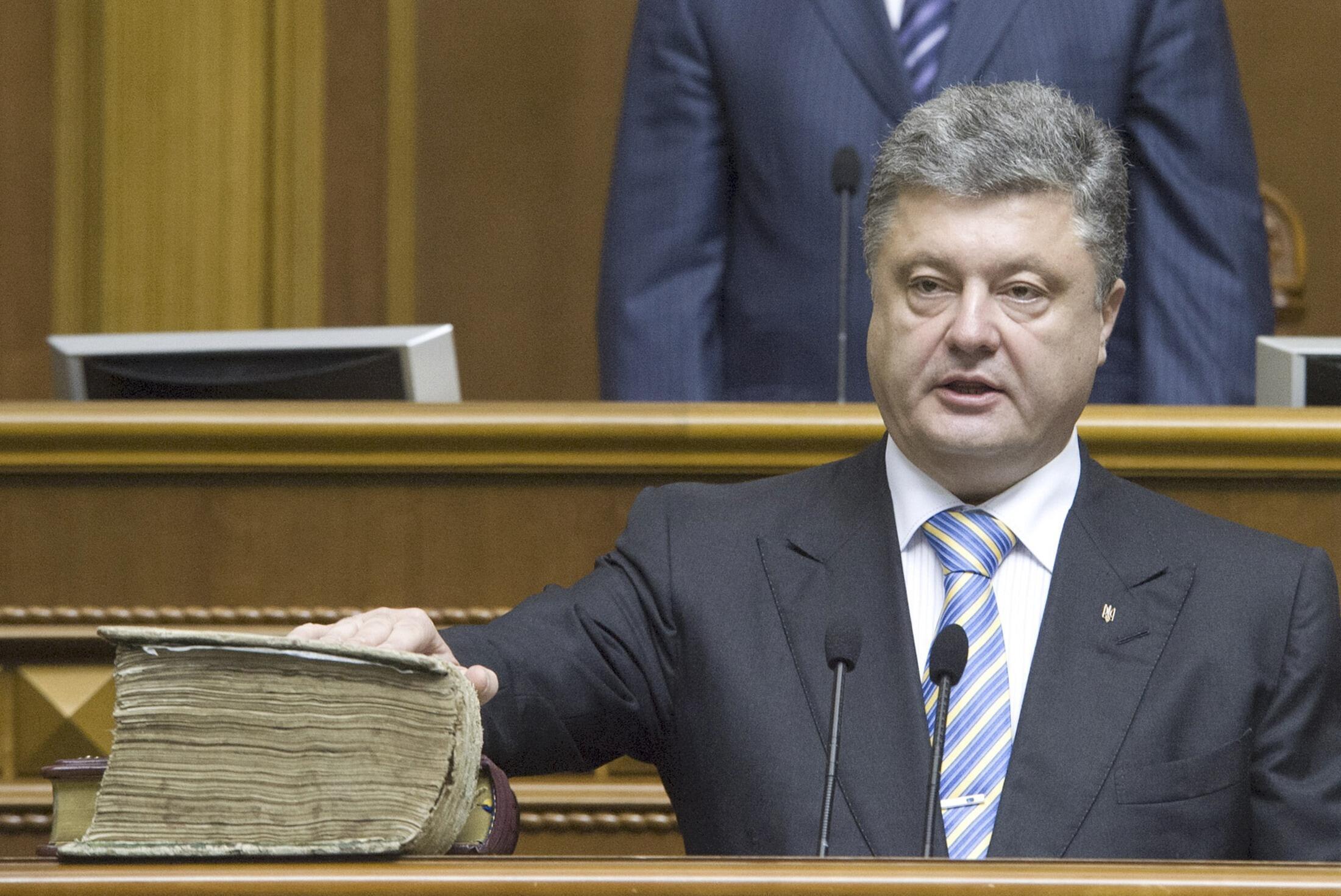 Петр Порошенко приносит присягу на церемонии инаугурации 7 июня 2014 г