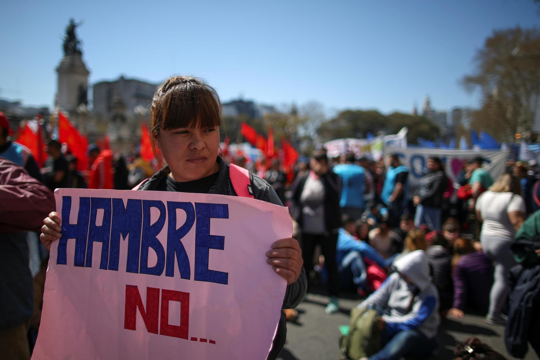 Não à fome, slogan de cartaz na altura em que deputados votam lei contra crise alimentar em Argentina
